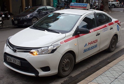 Toyota_Limo,_Taxi_in_Hanoi
